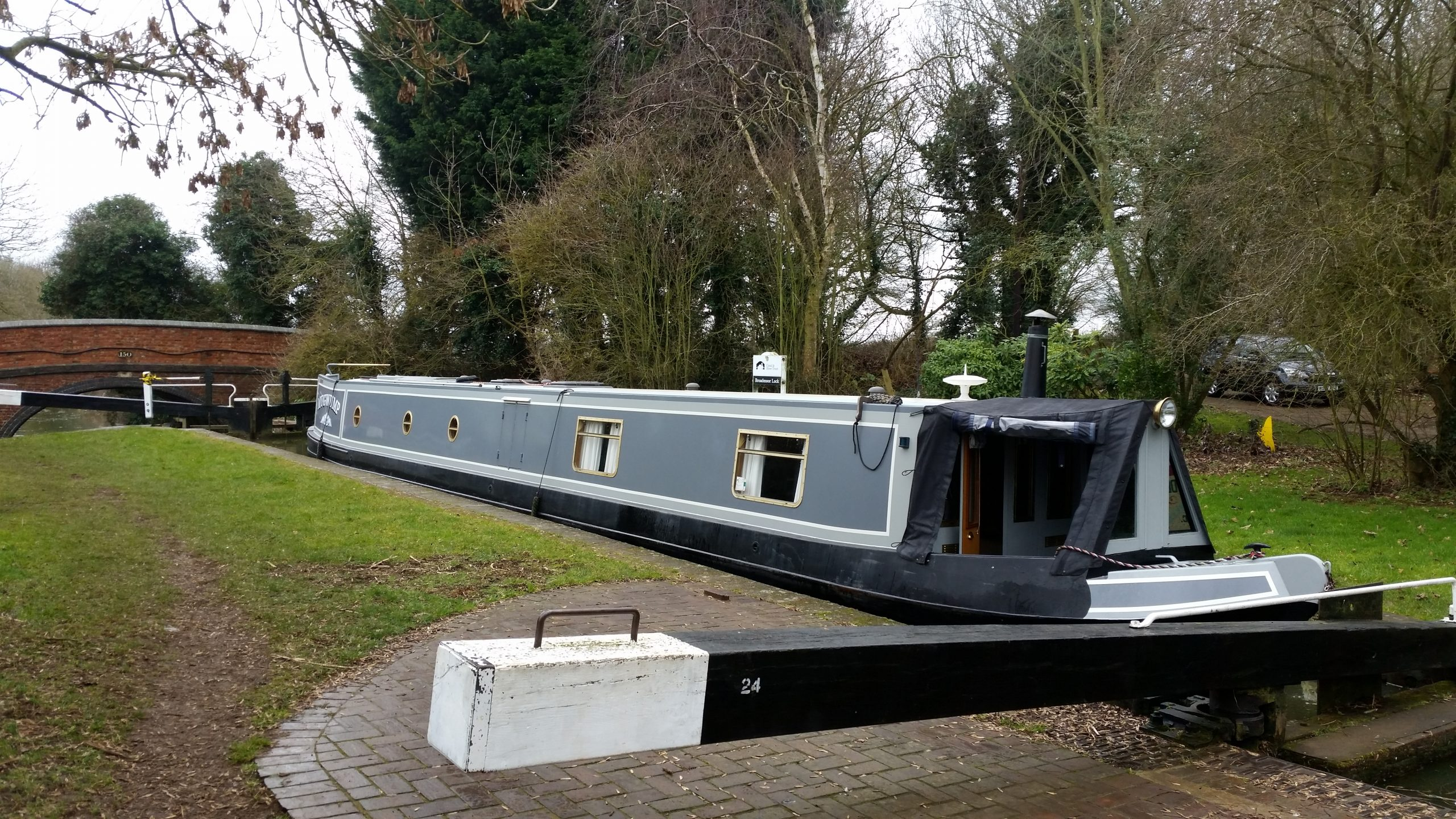 Move narrow boat to Crick