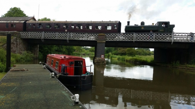 narrow boat being moved from Ely to Banbury